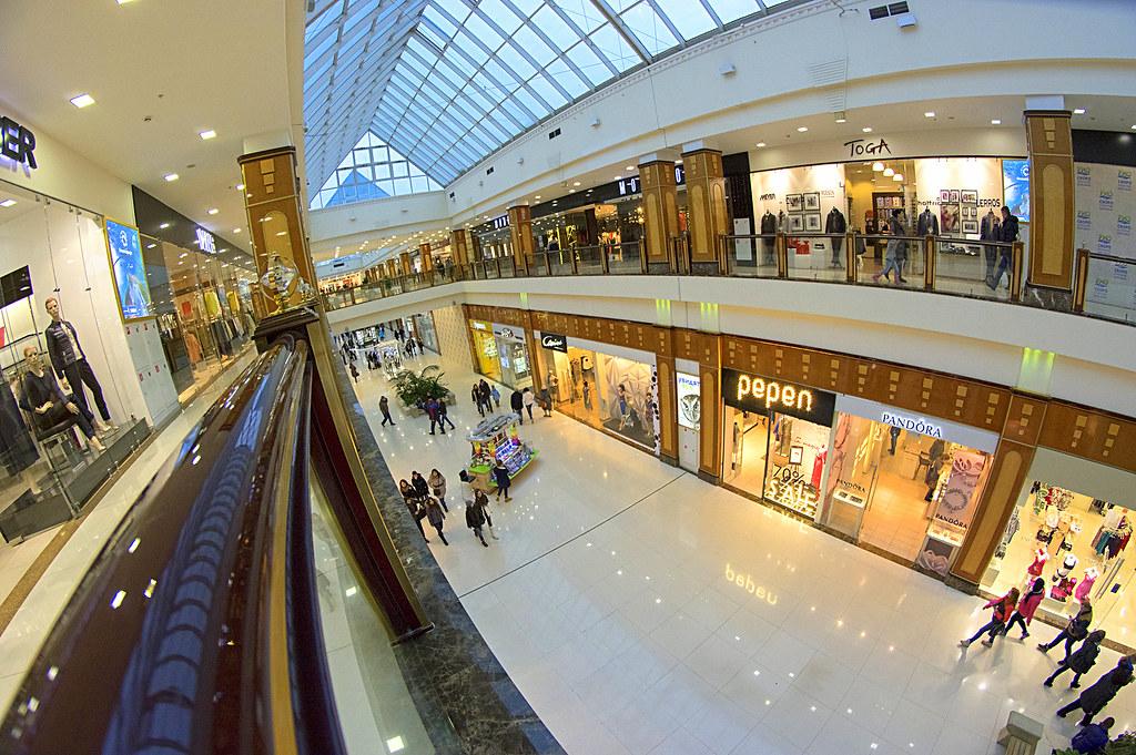 На площади в 75 000 м² представлены почти 150 арендаторов: более ста магазинов и ресторанов, а также точки по продаже товаров и услуг повседневного спроса