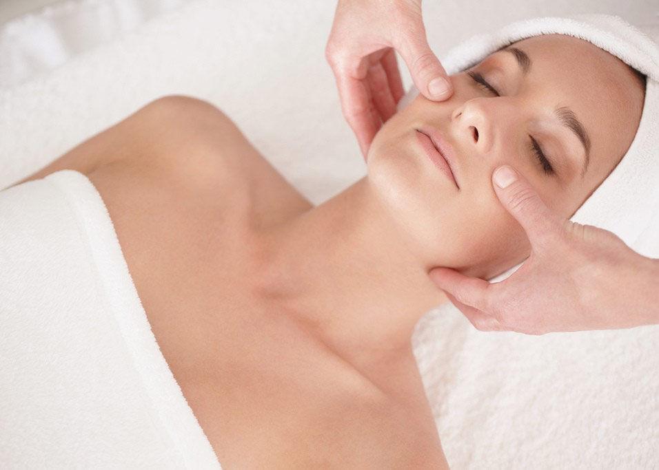 Косметические свойства для любой кожи у пластического массажа тоже имеются: придание эластичности, восстановление здорового цвета лица и профилактика старения кожи и отечности