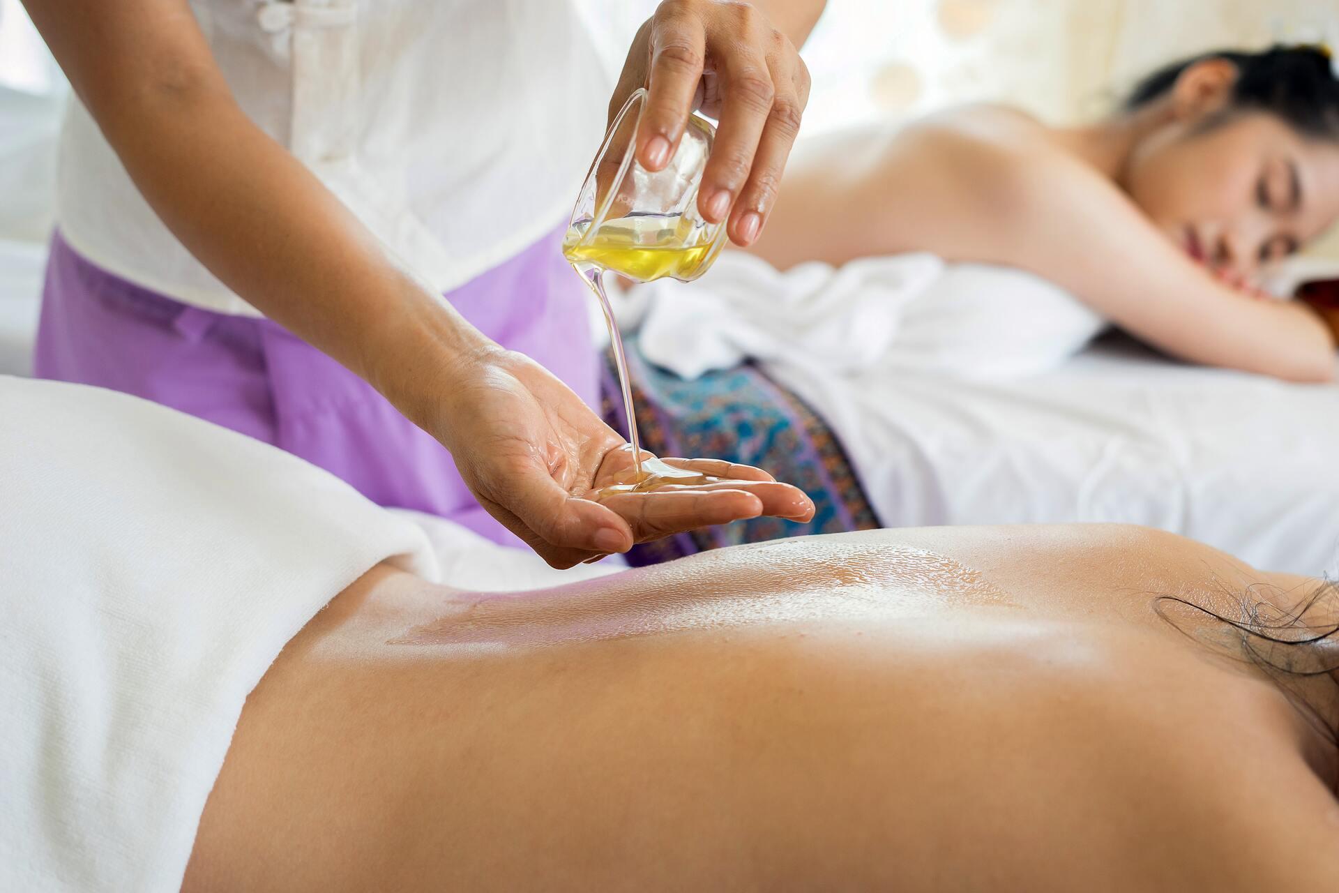 Фишка балийского массажа — в точечном и глубоком воздействии на определенные мышцы. А дополнительные приятные плюсы — микс из ароматерапии и аюрведических техник