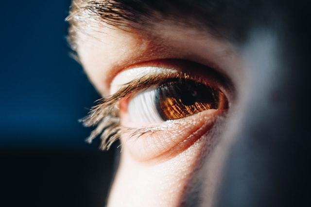 При лимфоме глаза поражается внутренность зрительного органа. Это приводит к ухудшению зрения