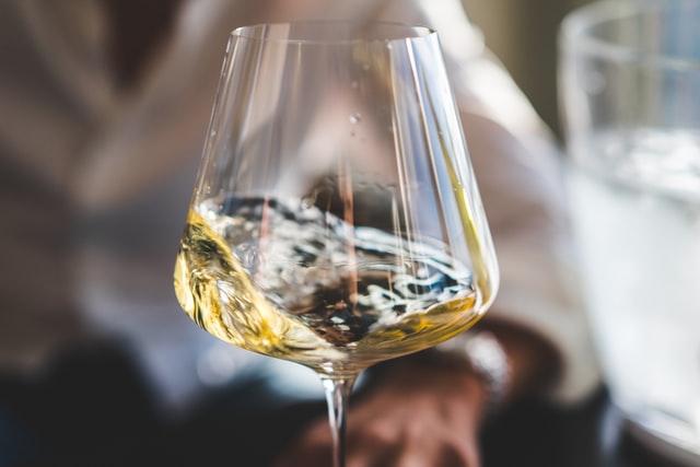 Безалкогольное вино появилось в продаже сравнительно недавно, хотя технология его производства была известна еще с древности