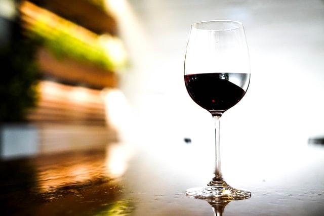 Беременным и кормящим женщинам было бы вредным полное замещение таким вином воды и каких-либо натуральных соков