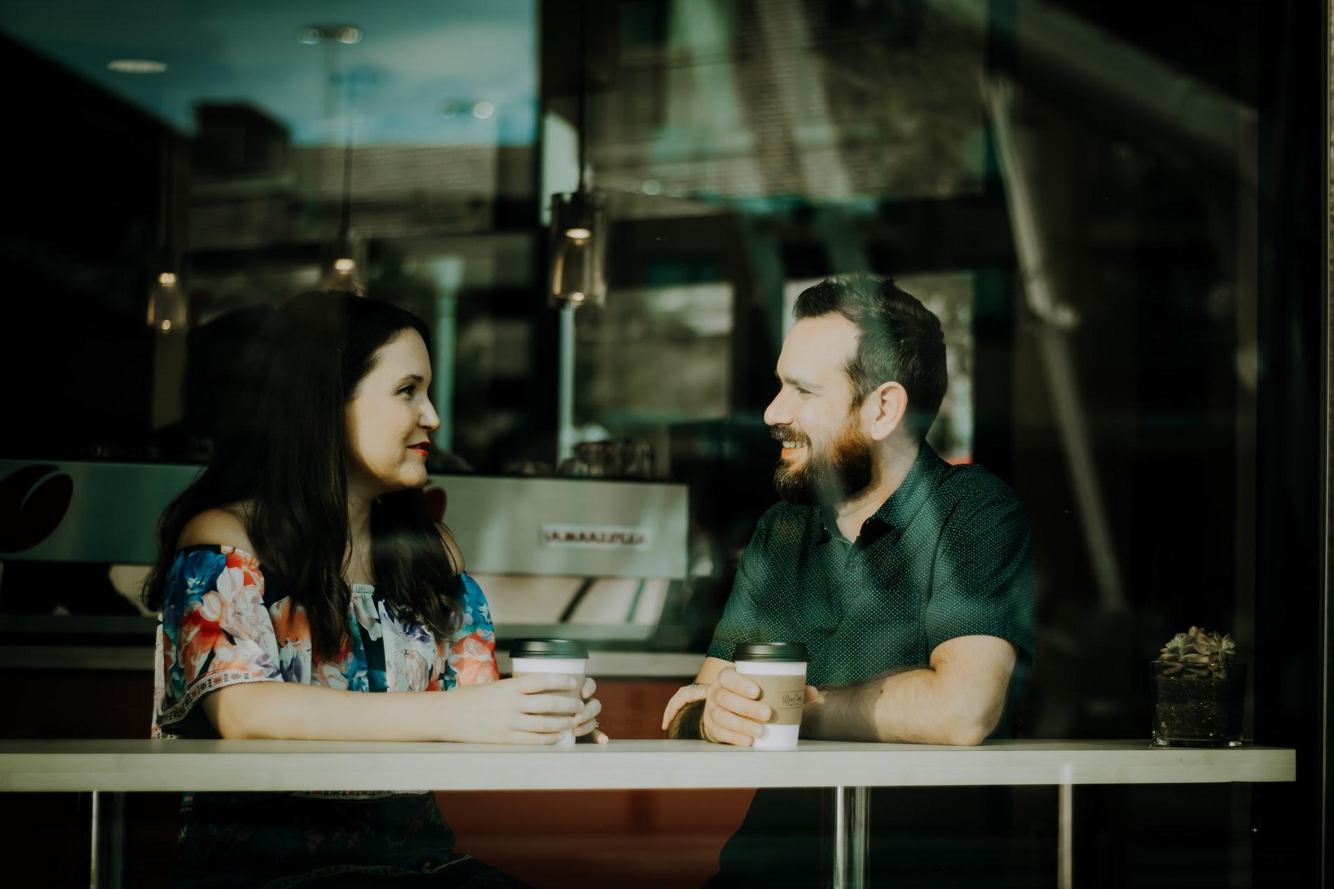 Когда люди видят, что вы продолжаете улыбаться после того, как признались в собственной неуверенности или постоянной внутренней борьбе, они осознают, что также могут открываться
