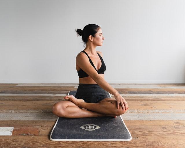 Йога помогает уму и телу расслабиться, уменьшает стресс и беспокойство