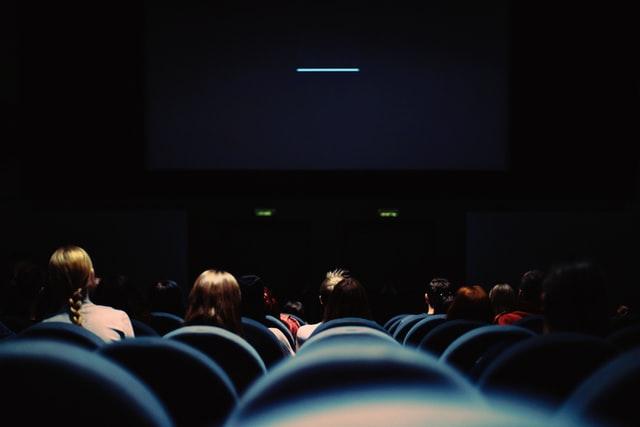 Если вы остались надолго в четырех стенах, стоит провести время в компании киногероев, которые оказались в той же ситуации