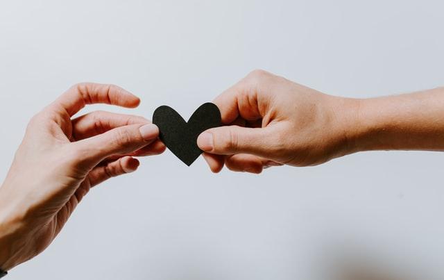 Традиционные отношения, в которых участвуют только два человека, сейчас являются не единственным видом партнерства, все более распространенными становятся немоногамные связи