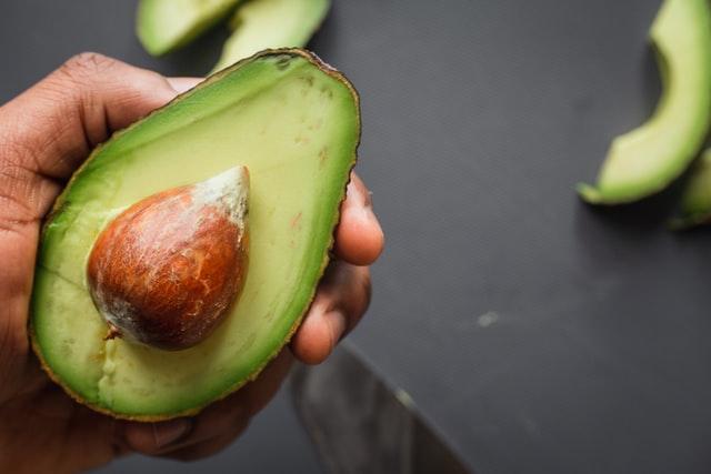 Существуют множество сортов авокадо, которые отличаются друг от друга цветом, размером и формой
