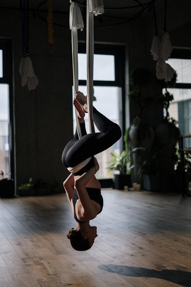 Вы наверняка уже слышали про йогу в гамаках или про тренировки под загадочным названием AntiGravity