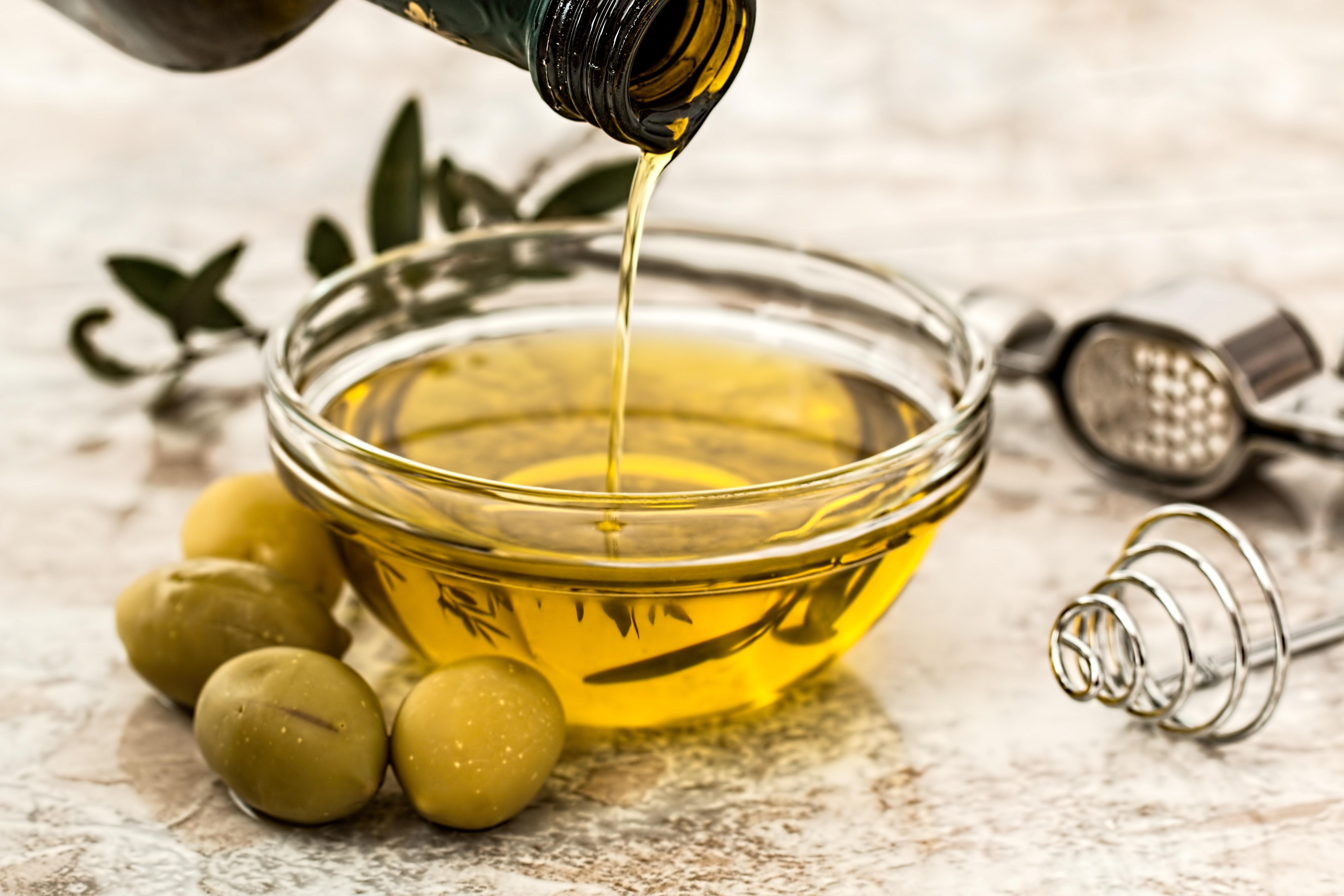 В оливковое масло иногда добавляют другие продукты: чеснок, местные травы, орехи, сушёные томаты