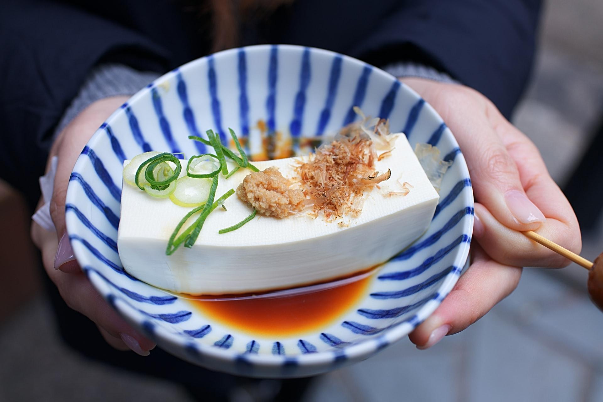 К национальным особенностям кухни относят такие продукты как водоросли, соевый сыр тофу и пасту мисо