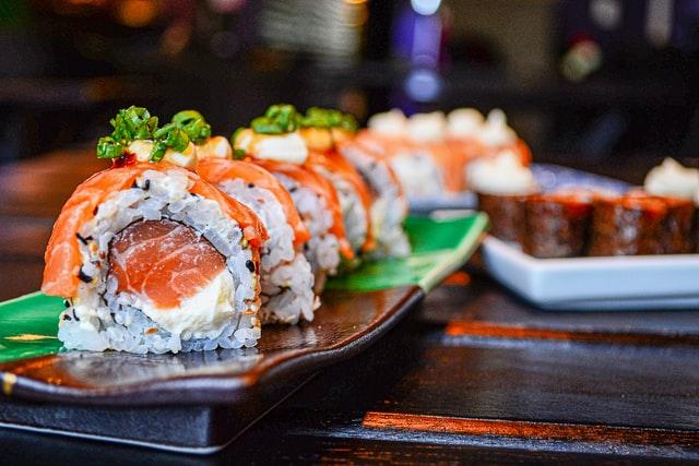 Cаке идеально сочетается с японской кухней, особенно с изделиями из сырой рыбы